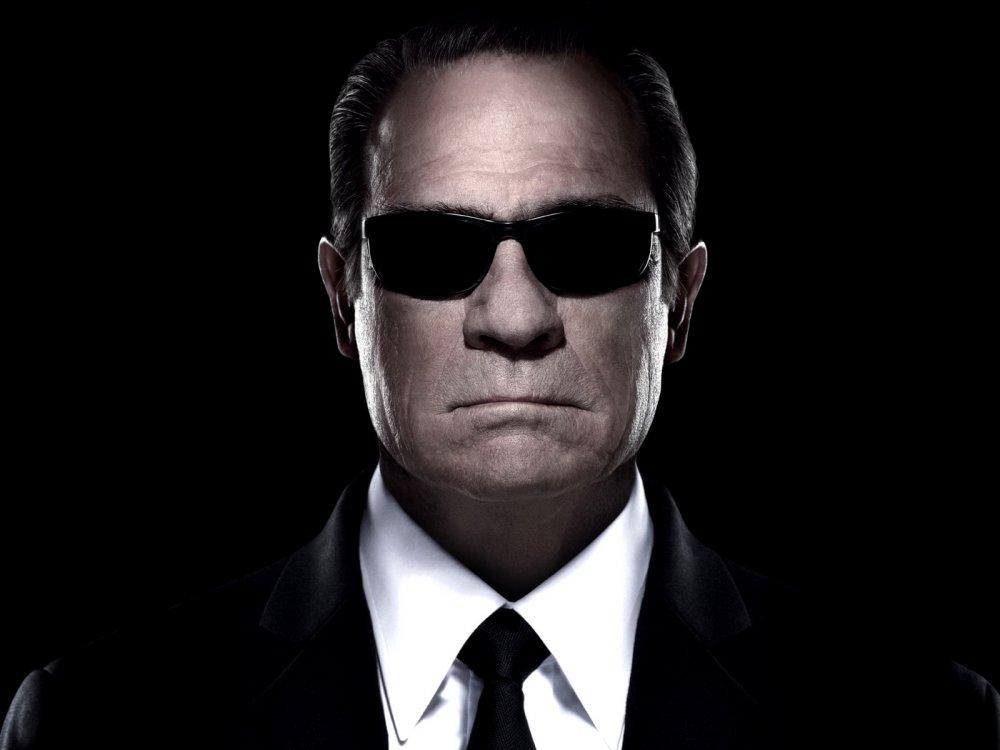 Человек в чёрном костюме 9