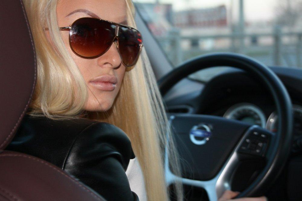 симпатичная девушка блондинка за рулем фото