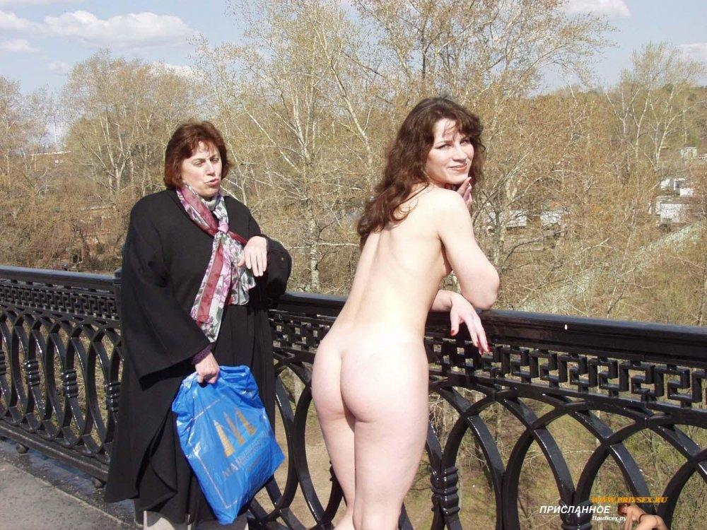 Голая девушка и ее волосатая, голая пизда, попка и сиськи, фото на улице.