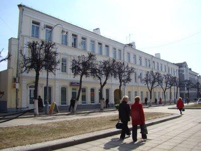 Плоский дом на главной улице одна из достопримечательностей города.  Адрес: В ЦРУ.
