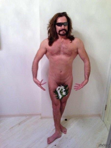 На фото Никита позирует абсолютно голым, правда, самое интимное Джигурда ст