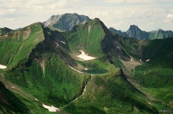 Горное озеро в долине реки тоенки
