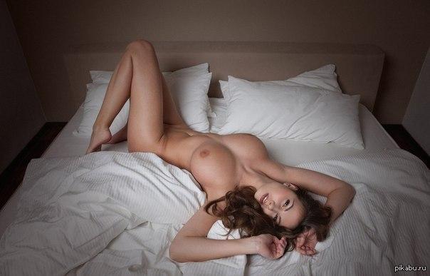 фото девушки в постели голые