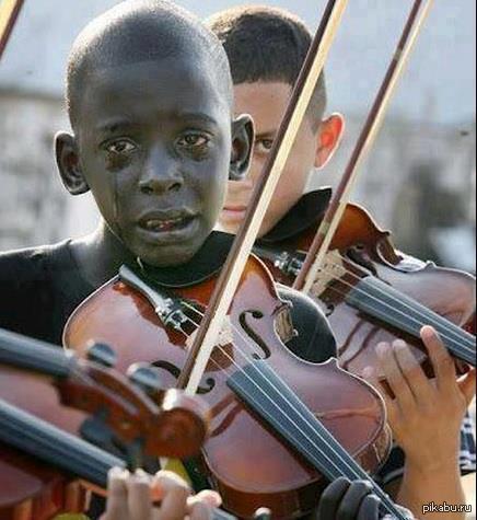 Мальчик играет на скрипке