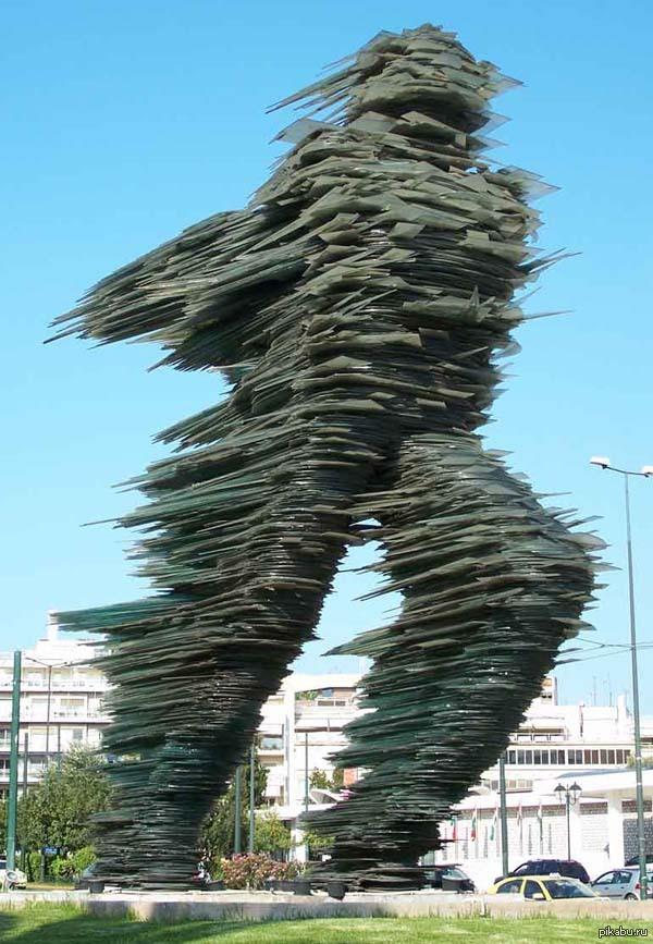 Скульптура Бегун. С 1988 года в Афинах находится легендарная скульптура Бегун. Она полностью состоит из темно-зеленого стекла.