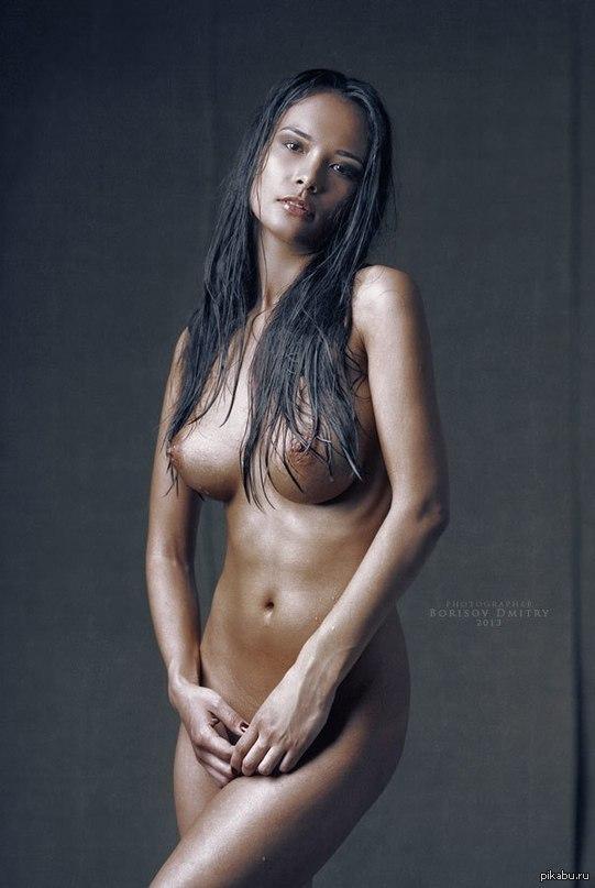 голая смуглая девушка