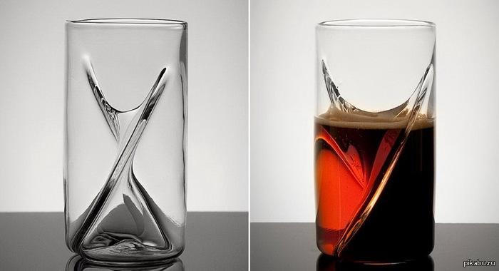 Стекольная компания The Pretentious Glass Company выпустила серию бокалов, в которые одновременно можно налить два сорта пива. Бокал разделен на две части перегородкой, благодаря чему напитки смешиваются в тот момент, когда из бокала начинают пить.  Пиво, бокал, ерш, коктейль
