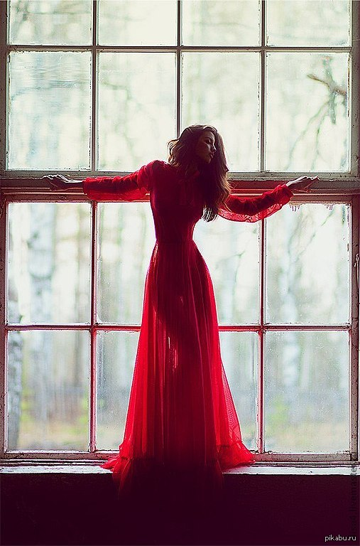 Девушка снимает платье фото 553-265