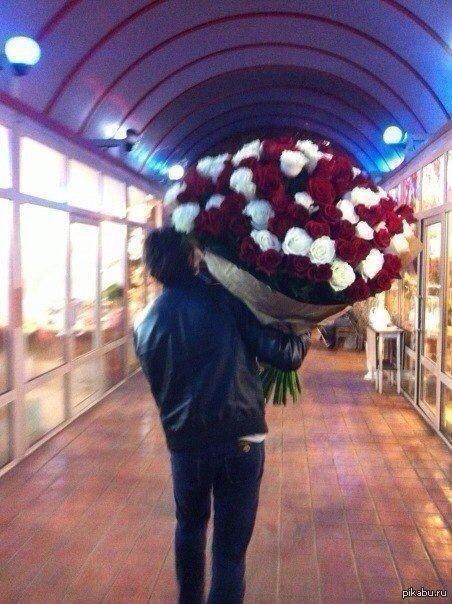 парни с огромным букетом роз фото