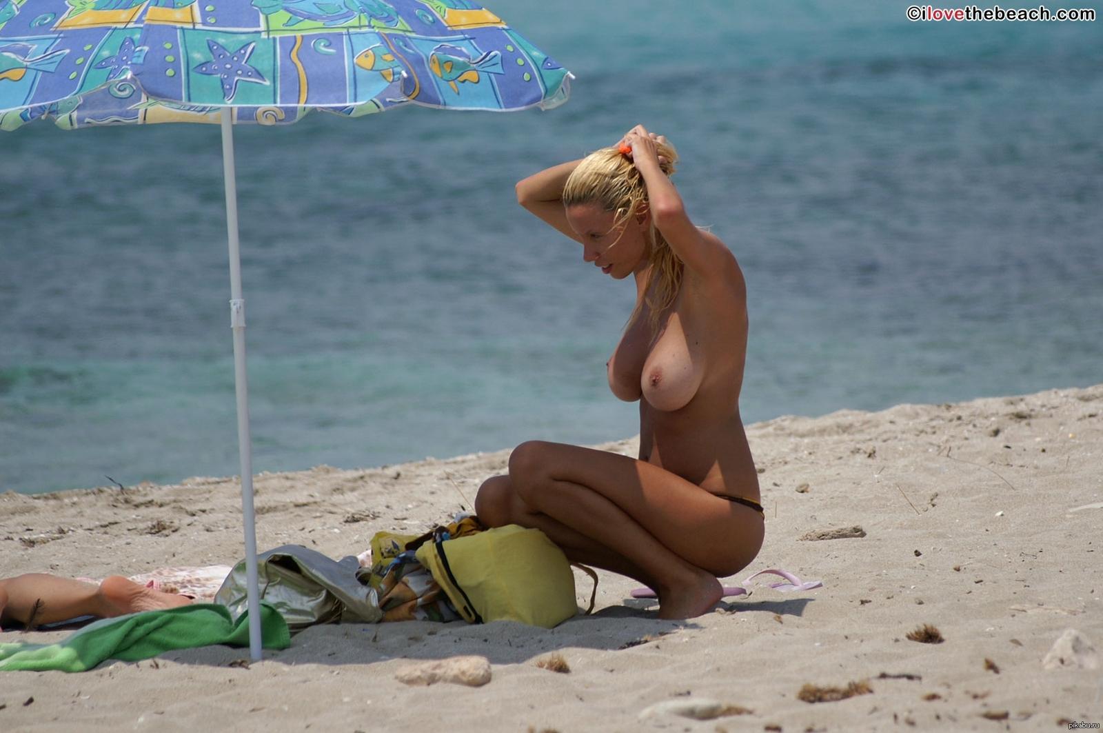 Фото больших грудей на пляже 6 фотография