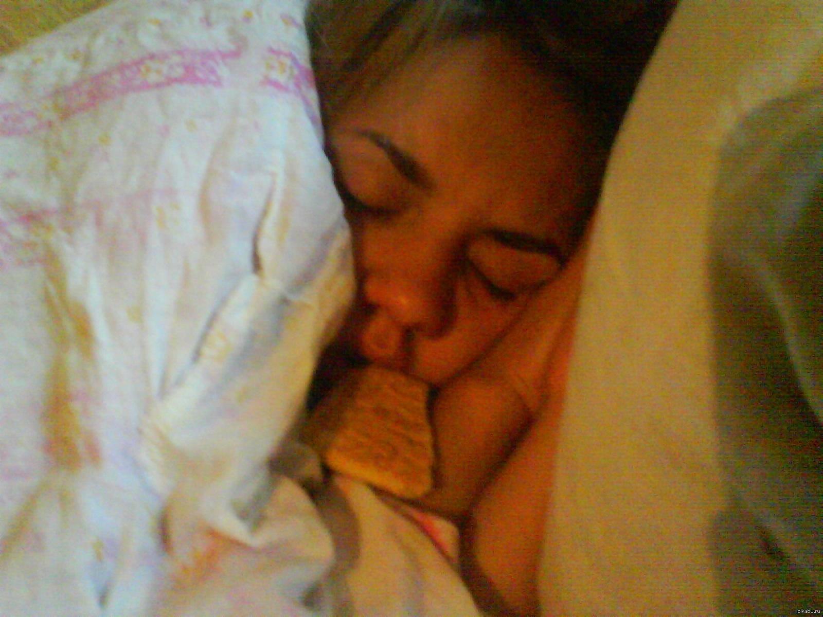 Сын дал в рот спящей матери 6 фотография