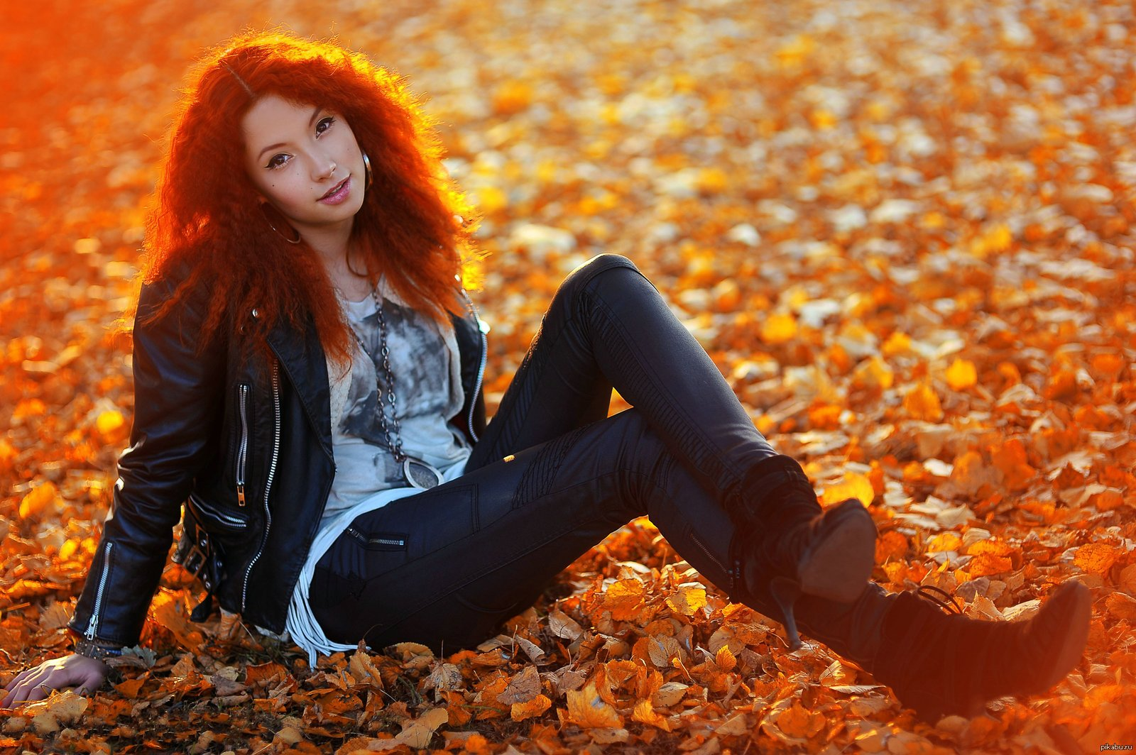 Рыжая девушка в сапогах 2 фотография